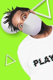 Afroamerikaner mann, der gesichtsmaske, covid prävention trägt