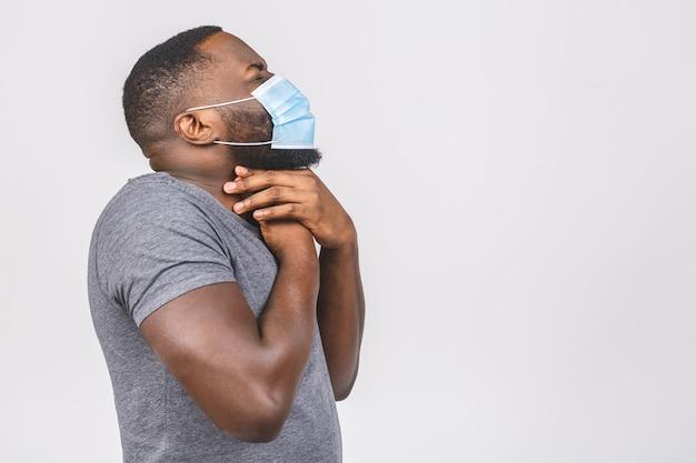Afroamerikaner mann, der hygienemaske trägt, um infektion, atemwegserkrankung in der luft zu verhindern