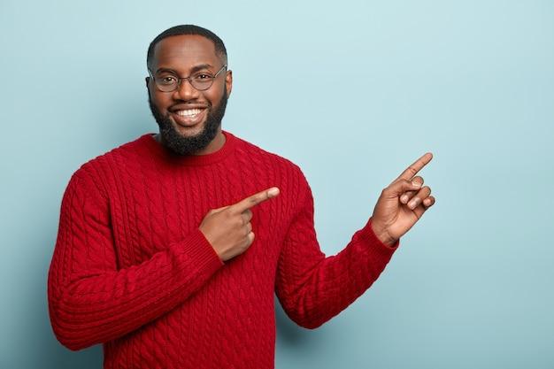 Afroamerikaner mann, der roten pullover trägt