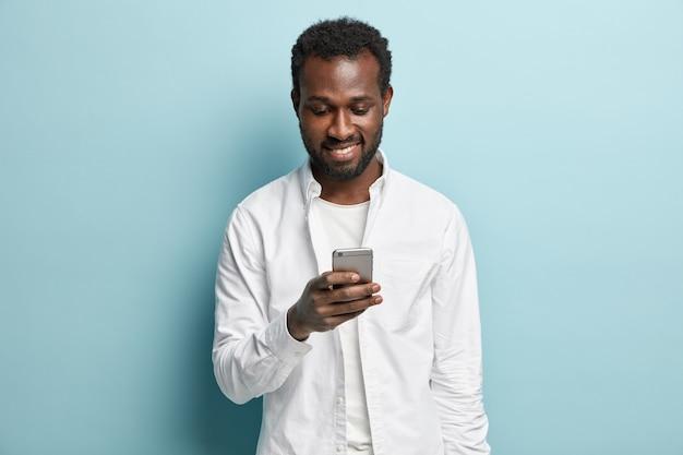 Afroamerikaner mann, der weißes hemd trägt