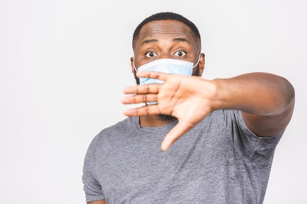 Afroamerikaner mann mit maske, um ihn vor coronavirus zu schützen. coronavirus pandemie. covid19.