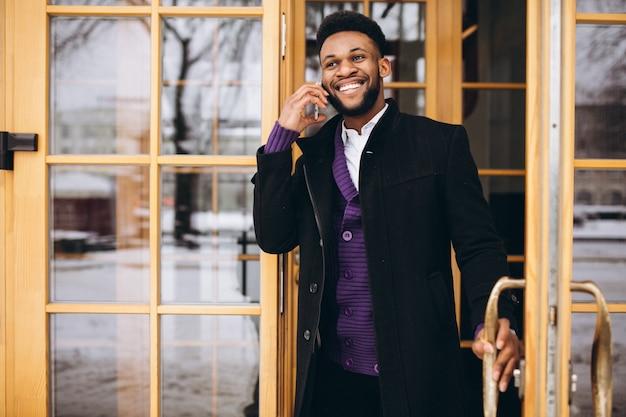 Afroamerikaner mann mit telefon