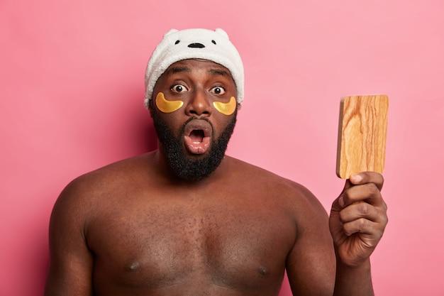 Afroamerikaner mann mit tonmaske, drückt positive gefühle isoliert aus