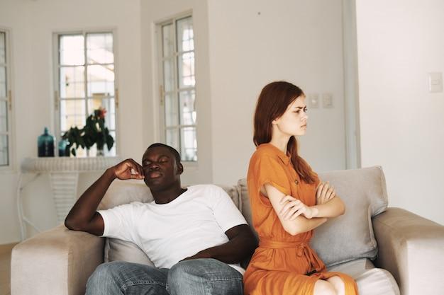 Afroamerikaner mann und weiße frau paar mit telefonen, familienstreit