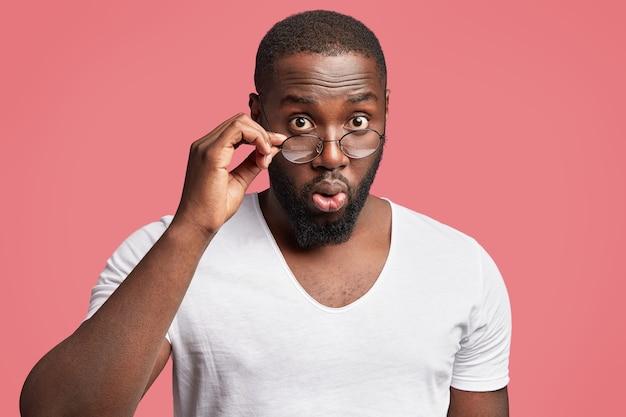 Afroamerikaner mit runder brille