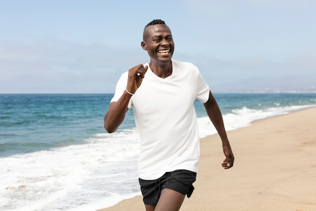 Afroamerikaner senior joggen am strand