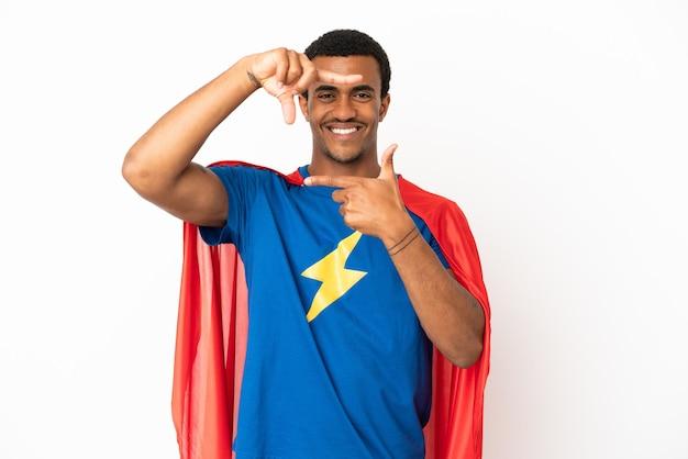Afroamerikaner-superheld-mann über lokalisiertem weißem hintergrund, der gesicht fokussiert. rahmensymbol