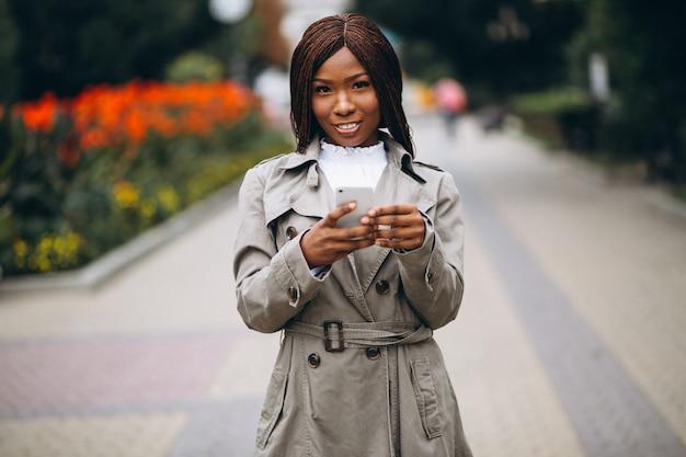 Afroamerikaner und kaukasische frauen, die telefon verwenden