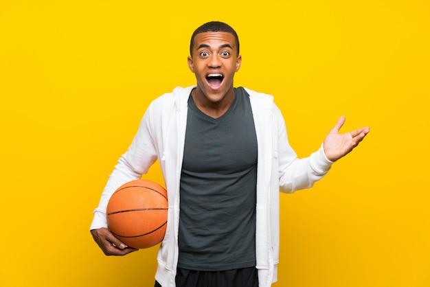 Afroamerikanerbasketball-spielermann mit entsetztem gesichtsausdruck