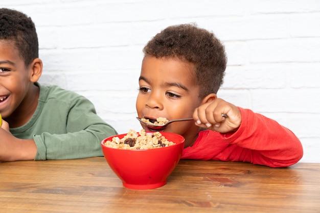 Afroamerikanerbrüder, die frühstücken