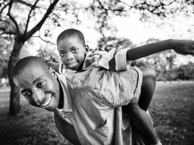 Afroamerikanerfamilie, die draußen qualitätszeit genießt