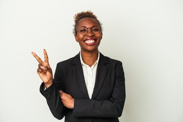 Afroamerikanerfrau des jungen geschäfts lokalisiert auf weißem hintergrund, der nummer zwei mit den fingern zeigt.