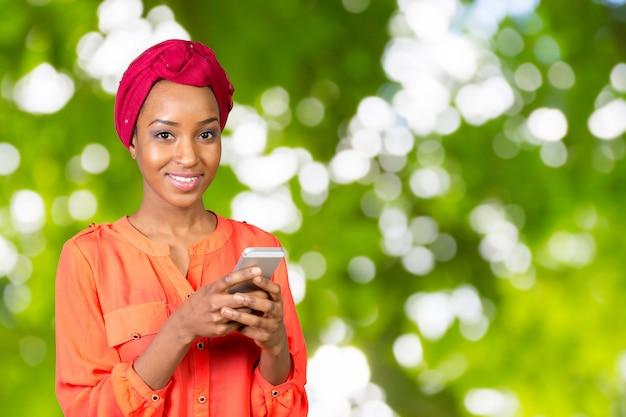 Afroamerikanerfrau, die an einem handy spricht