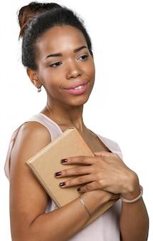 Afroamerikanerfrau, die einen stapel der bücher anhält