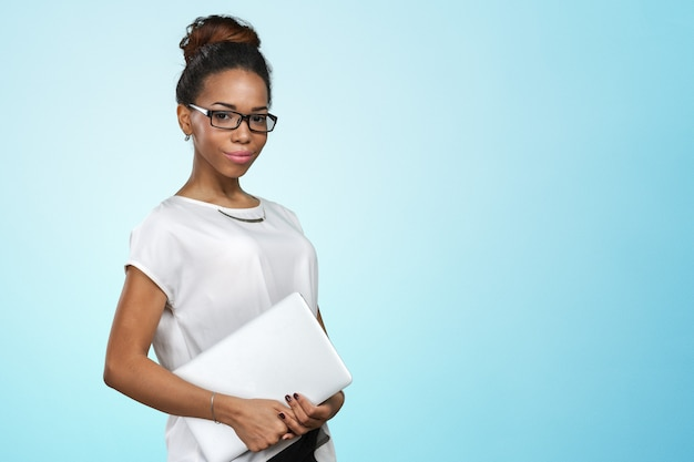 Afroamerikanerfrau, die laptop hält