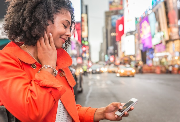 Afroamerikanerfrau, die selfie im zeitquadrat, new york nimmt
