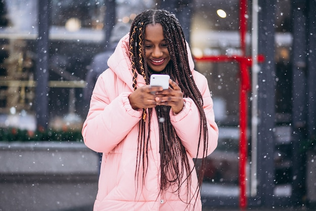 Afroamerikanerfrau, die telefon verwendet