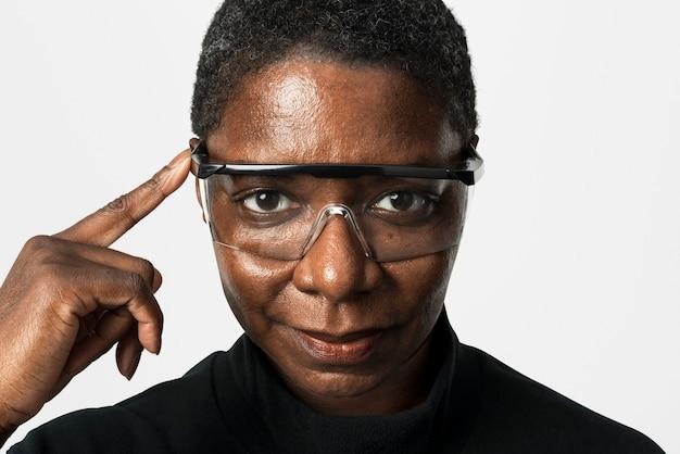 Afroamerikanerfrau, die transparentes brillenporträt trägt