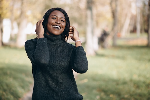 Afroamerikanerfrau glücklich draußen im park