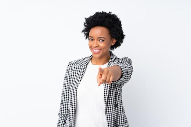Afroamerikanerfrau mit blazer auf lokalisierten weißen punktfinger an ihnen mit einem selbstbewussten ausdruck