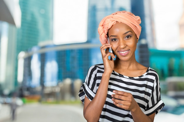 Afroamerikanerfrau mit einem handy