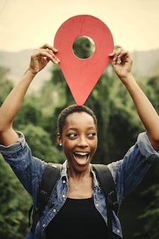 Afroamerikanerfrau mit einem kontrollpunktsymbol