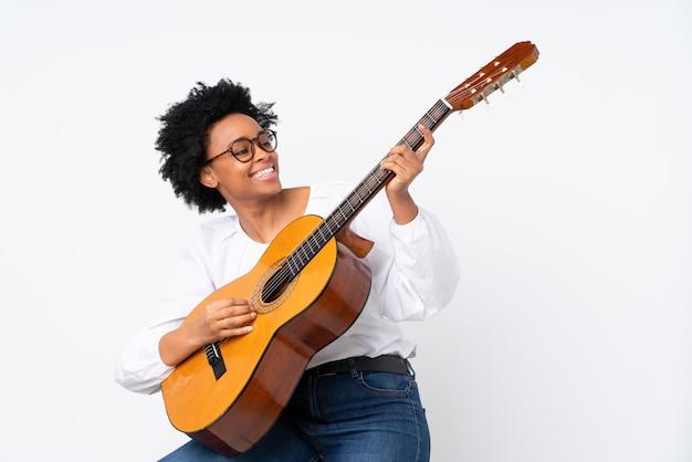 Afroamerikanerfrau mit gitarre