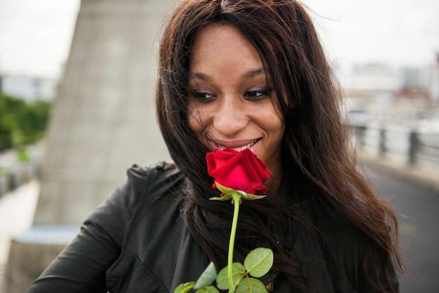 Afroamerikanerfrau mit roter rose