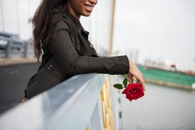 Afroamerikanerfrau mit rotrose