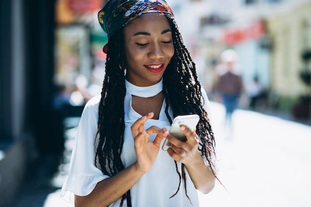Afroamerikanerfrau mit telefon