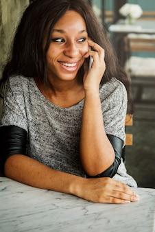 Afroamerikanerfrau spricht am telefon