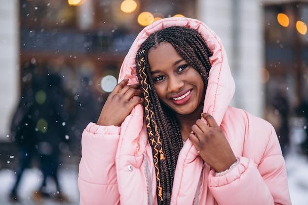 Afroamerikanerfrauenmodell draußen