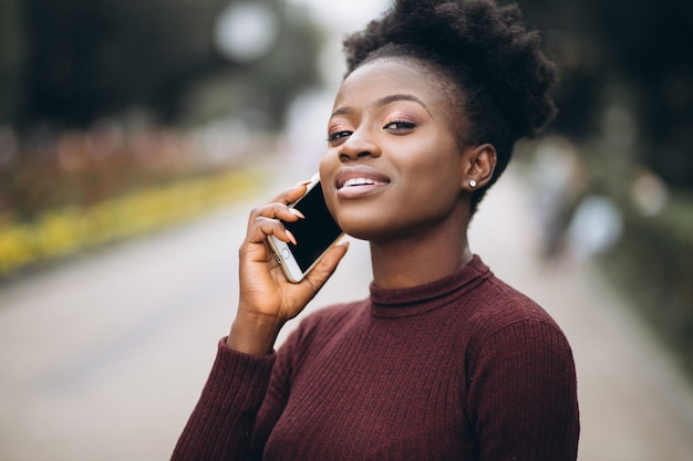 Afroamerikanergeschäftsfrau mit telefon