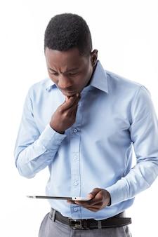 Afroamerikanergeschäftsmann mit digitaler tablette