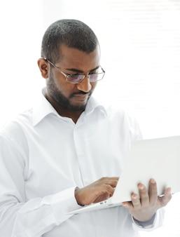 Afroamerikanergeschäftsmann mit einem laptop