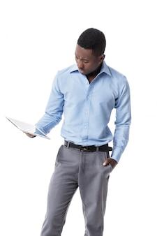 Afroamerikanergeschäftsmann mit tablette