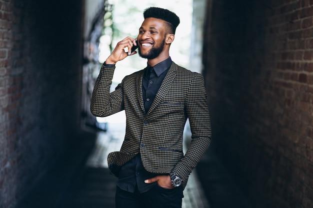 Afroamerikanergeschäftsmann mit telefon