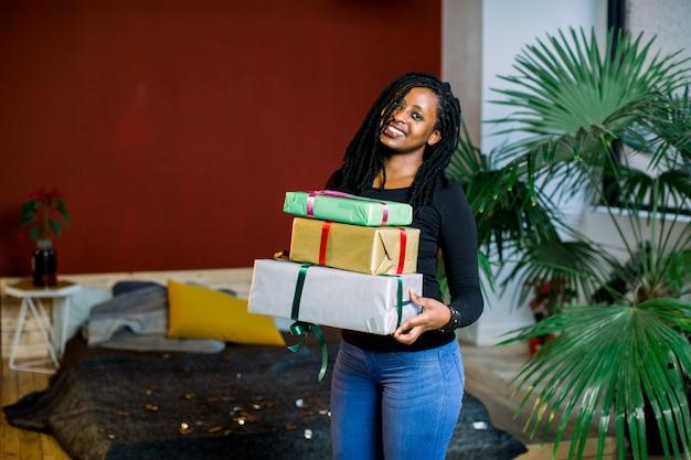 Afroamerikanerin bekam viele geschenke auf ihrer geburtstagsfeier