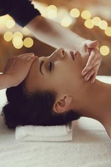 Afroamerikanerin, die eine entspannende massage am spa erhält