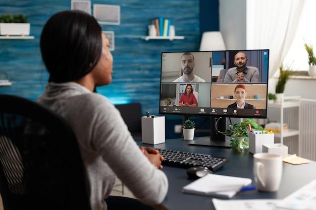 Afroamerikanerin diskutiert mit dem universitätsteam, das marketingkursideen plant
