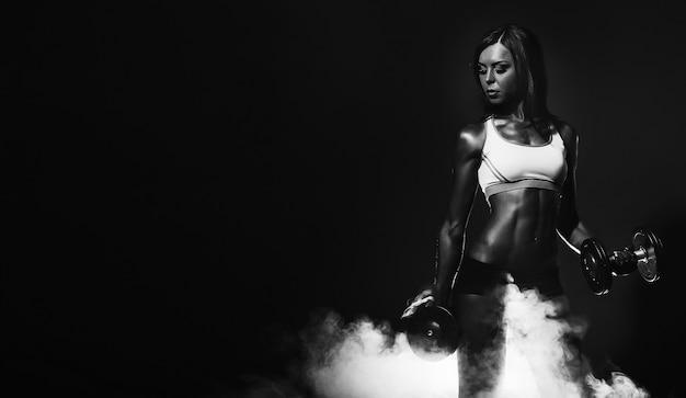 Afroamerikanerin im fitnessstudio