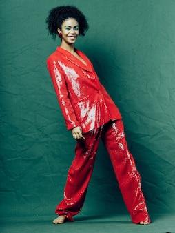 Afroamerikanerin in glänzenden festlichen modekleidern