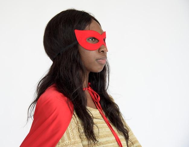 Afroamerikanermädchen im superheldkostüm