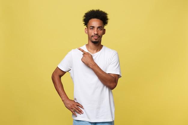 Afroamerikanermann dargestellt lokalisiert beim zeigen auf sein weißes hemd