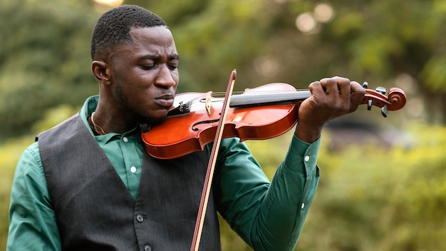 Afroamerikanermann, der ein instrument am internationalen jazz-tag spielt