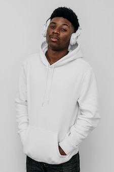 Afroamerikanermann, der einen leeren kapuzenpulli trägt