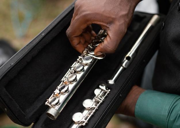 Afroamerikanermann, der internationalen jazz-tag feiert Kostenlose Fotos