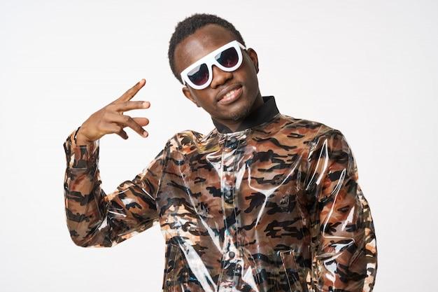 Afroamerikanermann, der mit sonnenbrille aufwirft