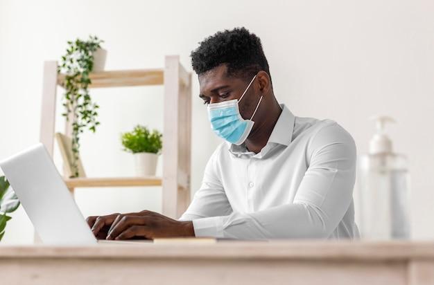 Afroamerikanermann, der niedrige ansicht arbeitet