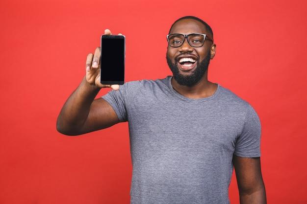 Afroamerikanermann, der smartphone hält und lächelt